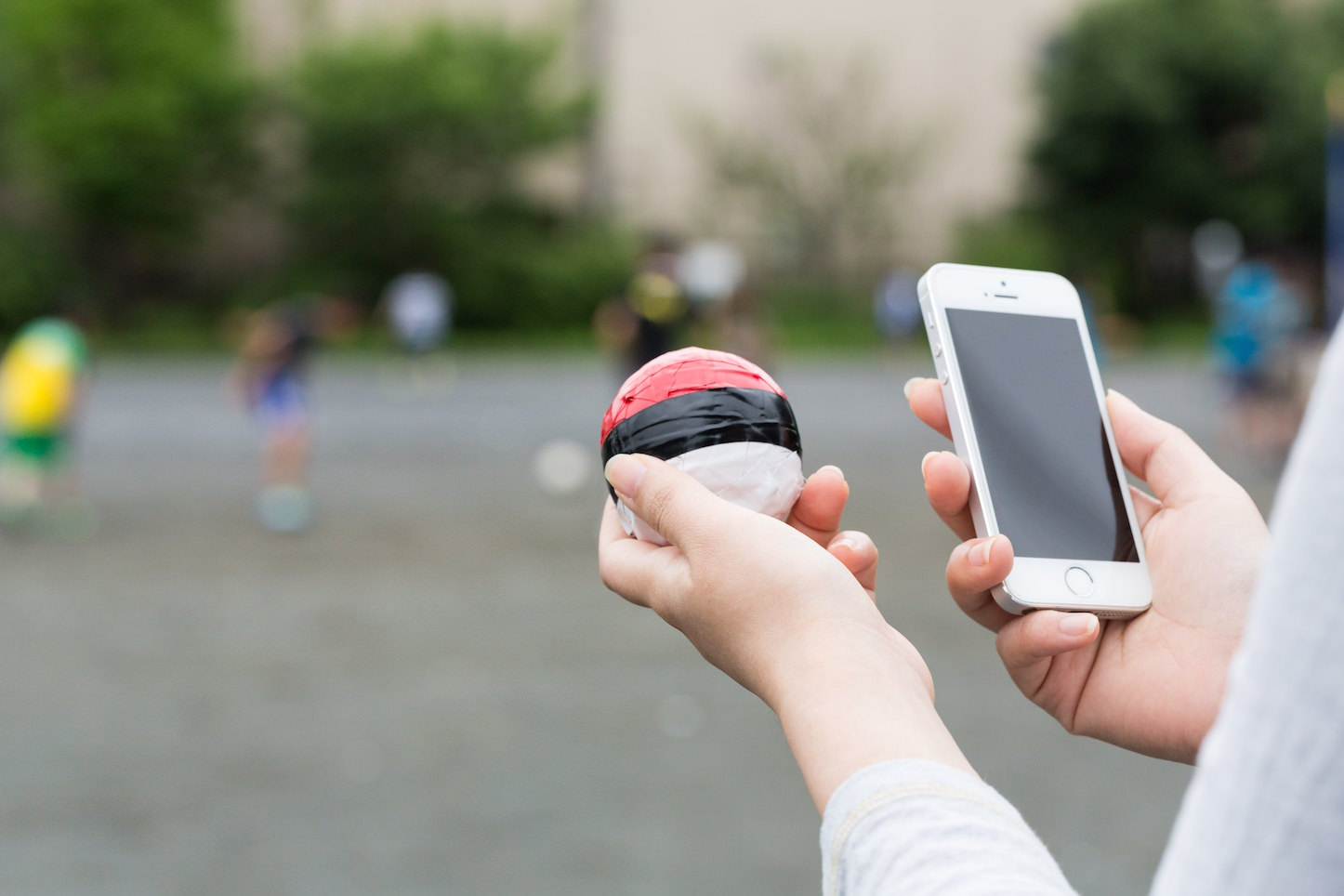 pokemon-go-playing-while-walking-is-dangerous